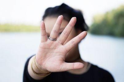 donna che mette mano davanti al volto