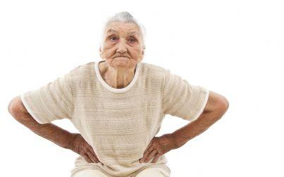 donna anziana con le mani sui fianchi