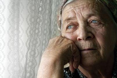 donna anziana pensierosa che pensa al futuro