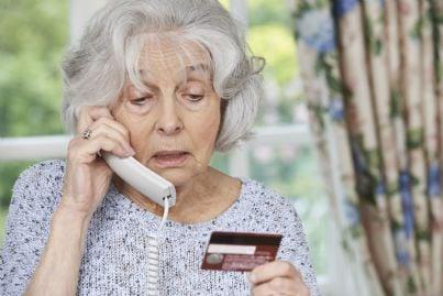donna anziana truffata al telefono legge carta credito