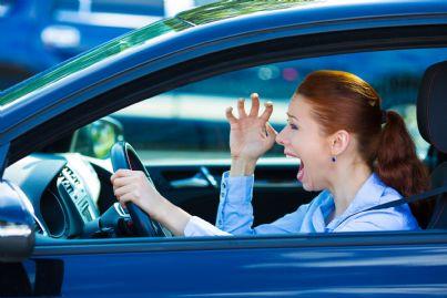 donna gesticola con le mani arrabbiata al volante