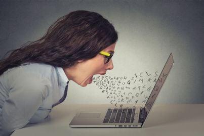 donna che grida al computer