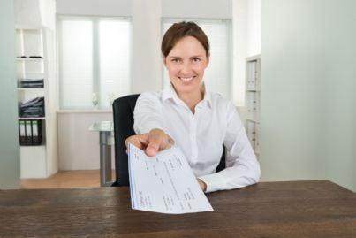 donna porge assegno
