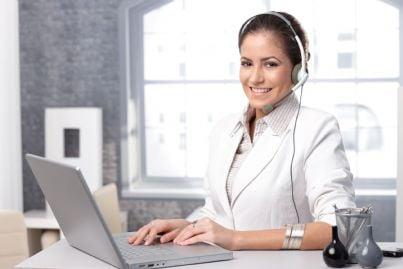 donna avvocato al computer con cuffie