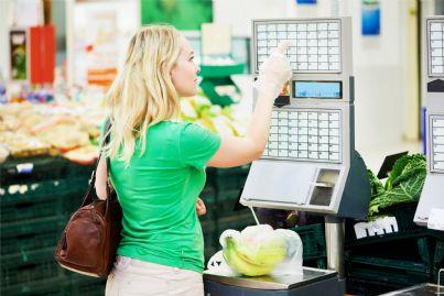 donna pesa verdure al supermercato