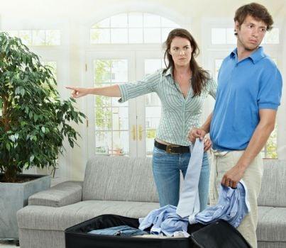 donna che caccia uomo di casa