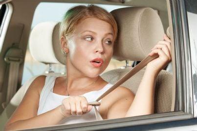 donna che mette cintura di sicurezza in auto