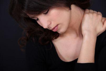 donna tocca collo dolorante
