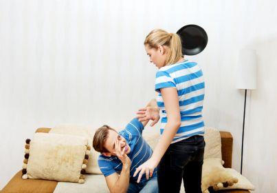 donna colpisce uomo con padella
