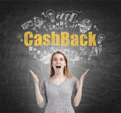 donna felice immaginando vantaggi cashback