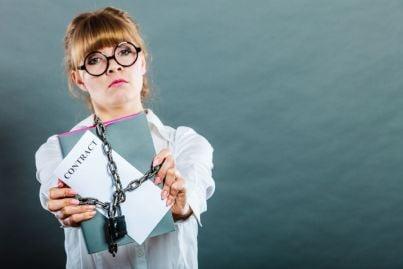 lavoratrice donna che mostra contratto con lucchetto