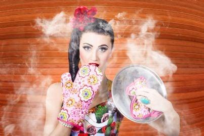 donna che cucina alza coperchio pentola per fumo