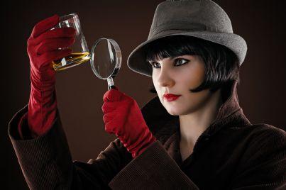 donna detective che esamina le prove
