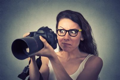 donna che scatta foto tradimento