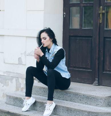 donna che fuma sul pianerottolo