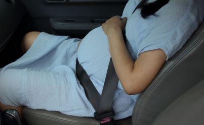 donna incinta in auto con le doglie