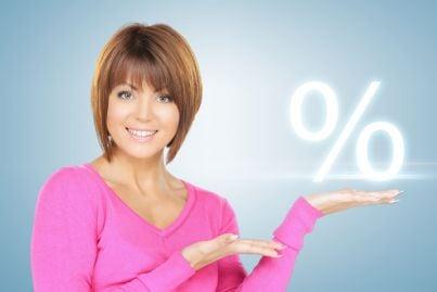 donna che mostra il segno di percentuale in mano evoca fine anatocismo