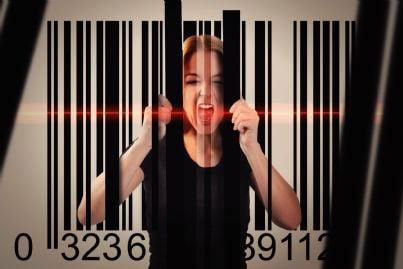 donna intrappolata in un codice a barre concetto tutela consumatore