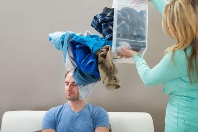 donna lancia un mucchio di vestiti su un uomo