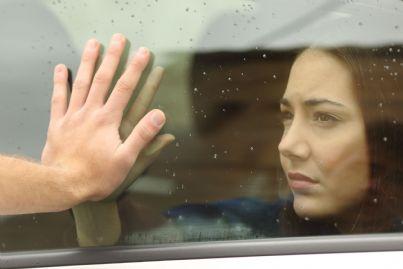 donna va via in macchina lasciando il proprio uomo