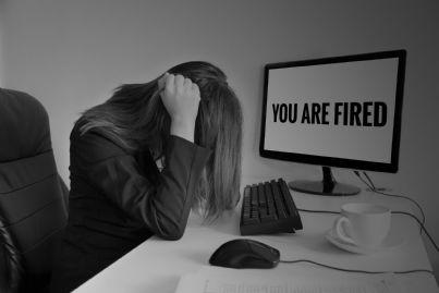 una donna licenziata dal lavoro
