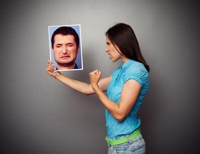 donna minaccia uomo in foto