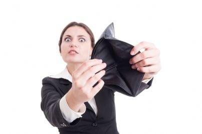 donna che mostra portafogli vuoto