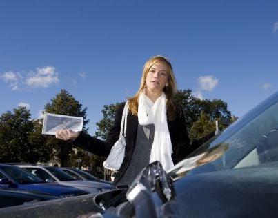 donna che mostra multa auto arrabbiata