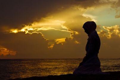 donna musulmana che prega