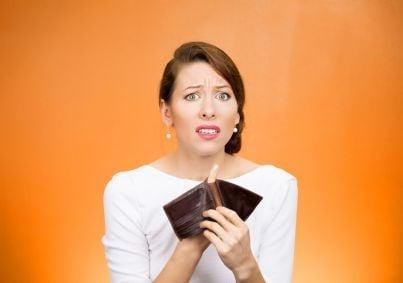 donna triste deve pagare soldi e mostra portafogli vuoto