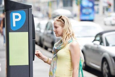 donna paga ticket per il parcheggio