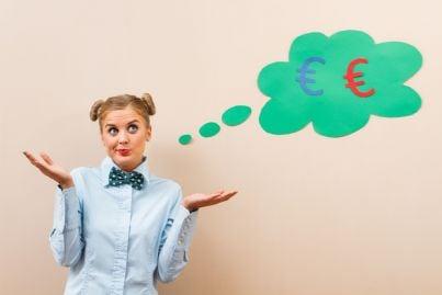 donna perplessa pensa a divisione denaro
