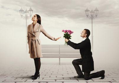 donna rifiuta fiori regalati da un uomo