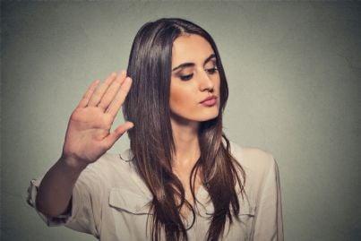 donna che dice fermamente di no a una proposta