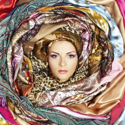 donna avvolta da foulard