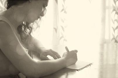 donna che scrive lettera triste