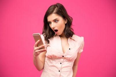 donna guarda sorpresa messaggi sul telefono