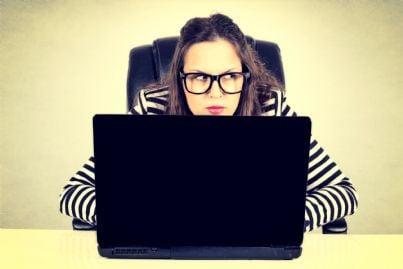 donna che spia computer uomo per prove divorzio