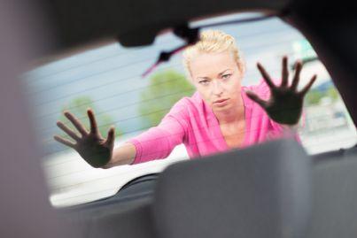 donna che spinge auto