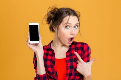 donna stupita con telefono in mano