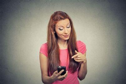 donna infastidita da telefonata