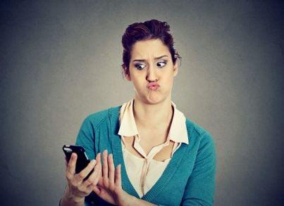 donna che riceve telefonata scocciante