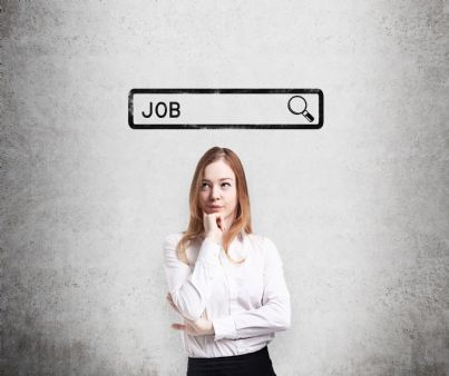 donna che pensa a trovare lavoro