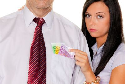 donna che sfila soldi dalla camicia di un uomo