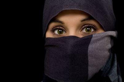 donna con velo islamico