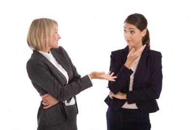 due donne di affari discutono dei loro dubbi