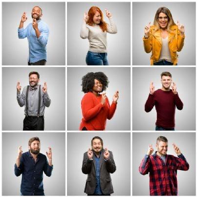 donne e uomini incrociano le dita in cerca di fortuna
