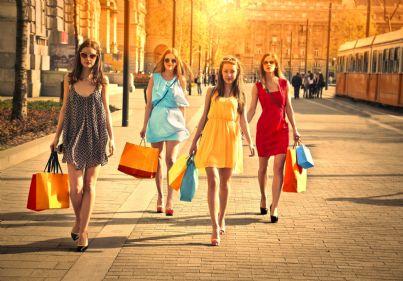 donne che camminano con buste di acquisti concetto saldi