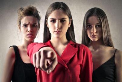 tre donne che denunciano violenza