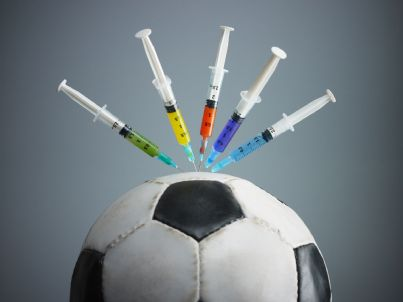 pallone con siringhe sopra concetto di doping